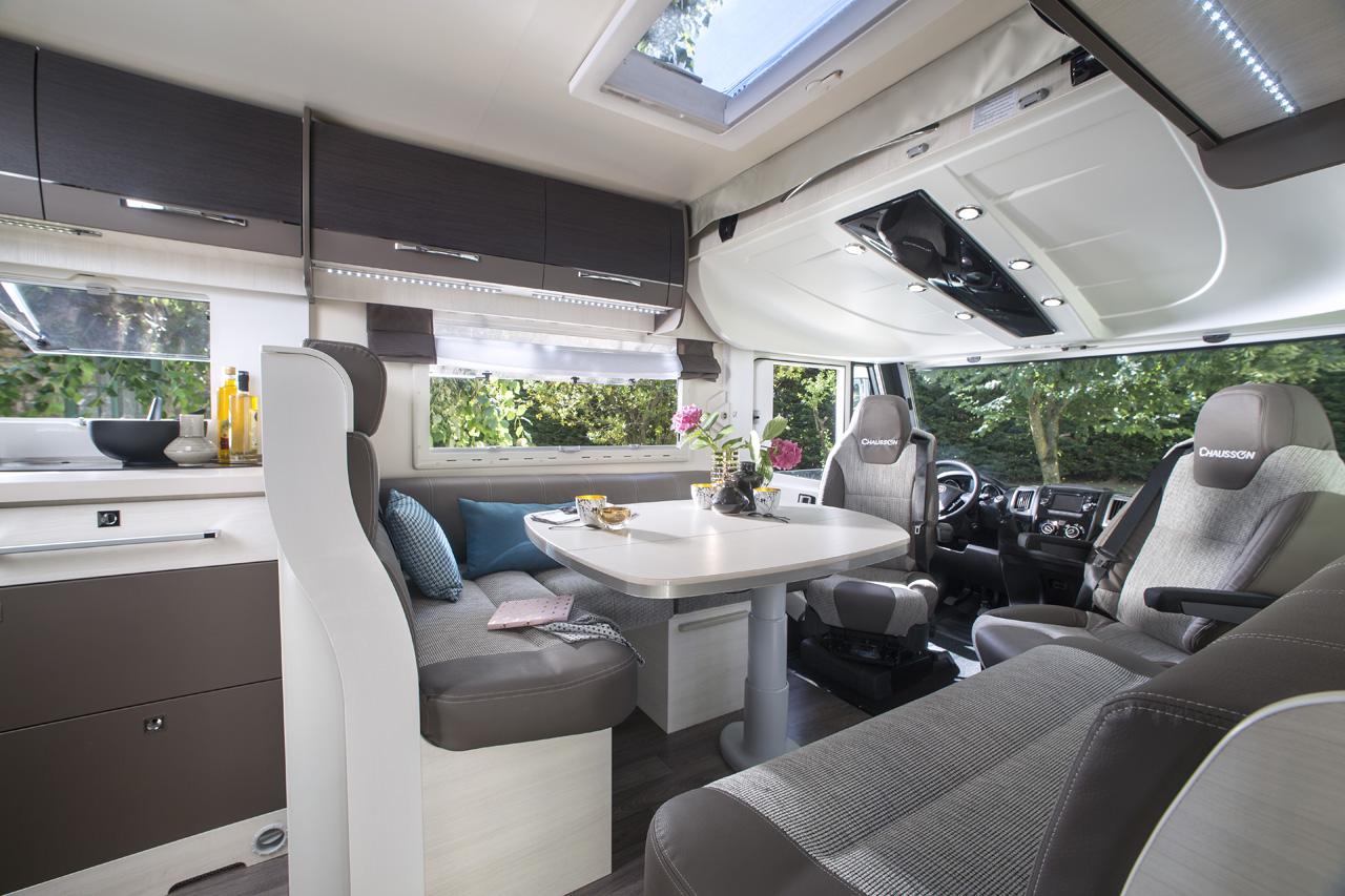 Voll ausgestattete reisemobile f r jeden bedarf chausson for Equipement interieur camping car
